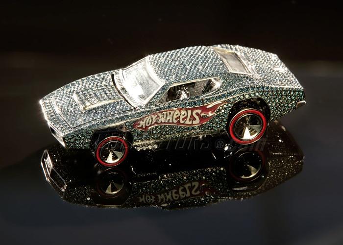 Игрушечная машинка, усыпанная бриллиантами