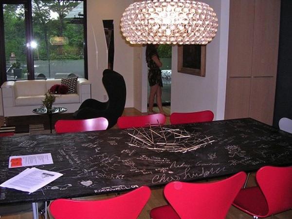 Стол для заседаний, на котором можно писать мелом