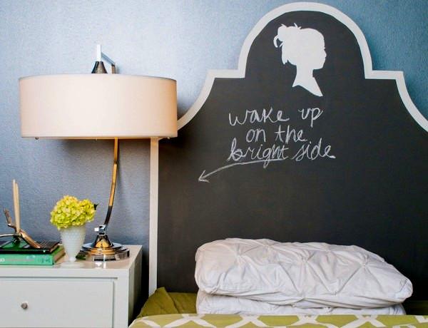 Оригинальная имитация школьной доски в оформлении спальни