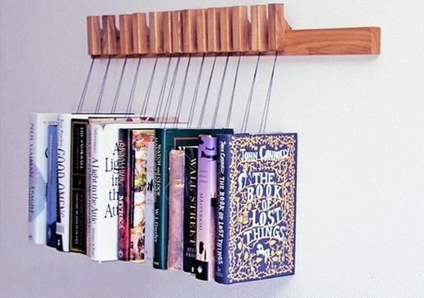 Книжная полка в виде деревянной стойки с крючками