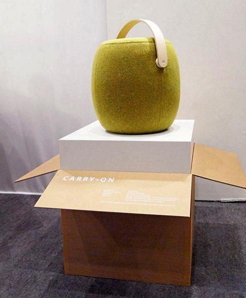 Переносной пуфик с интегрированной ручкой. Carry-On Stool от Маттиаса Штернберга