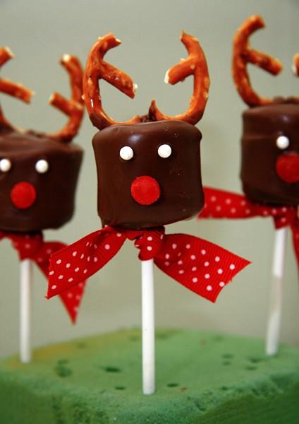 Праздничный десерт в виде шоколадного оленя на палочке