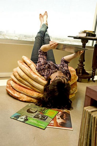 Подушки в виде оладьев с маслом