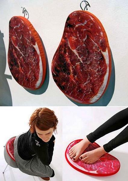 Подушки в виде кусков свежего мяса