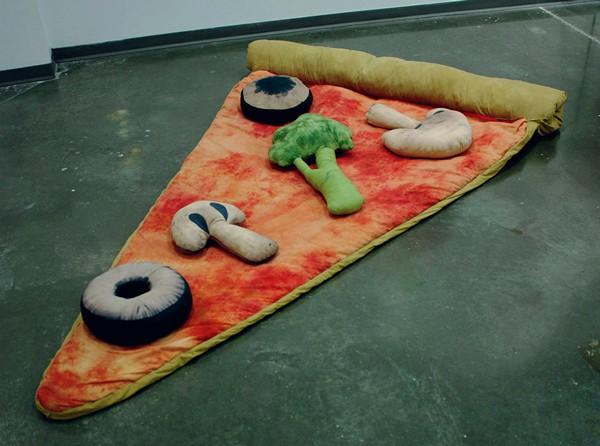 Спальник-пицца и подушки как начинка для нее