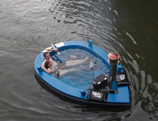 помост для лодки на воде