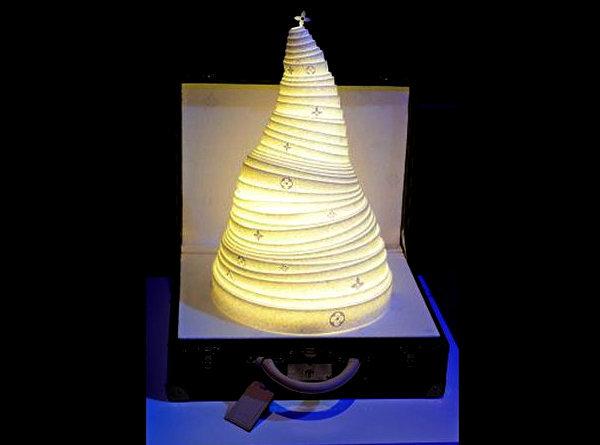 Модерновая елка с подсветкой от Louis Vuitton