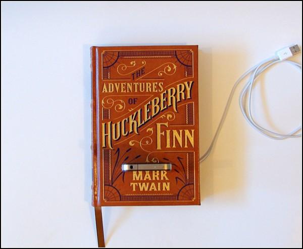 `Adventures of Huckleberry Finn` в качестве зарядной станции для iPhone\iPad