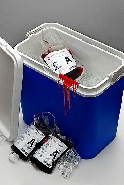 Самопиар дизайн-агентства Astos Dizainas McCann Erickson. Вино Beaujolais nouveau в пакетах для донорской крови