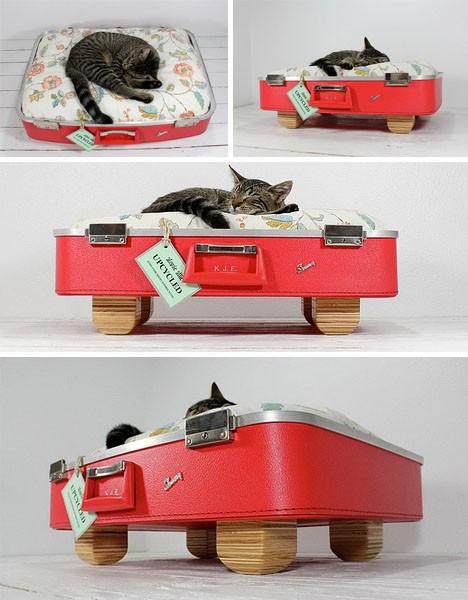 Кошачий домик из старого чемодана. Проект Upcycled Suitcase Pet Bed