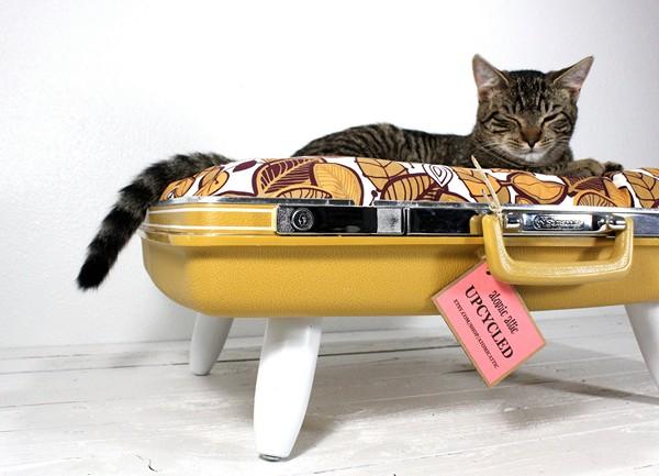 Upcycled Suitcase Pet Bed, или кошачья кроватка из старого чемодана