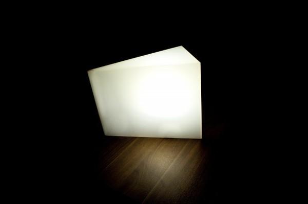 Отклоняясь от севера, светильник светится тусклее