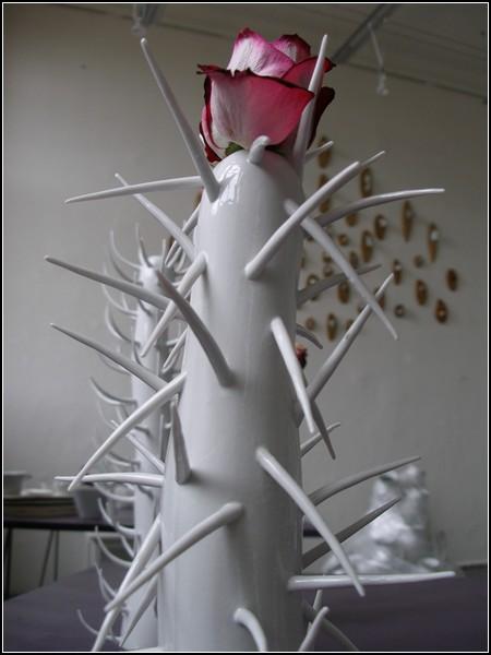Ваза с колючками Thorny Vase, напоминающая волосатую гусеницу