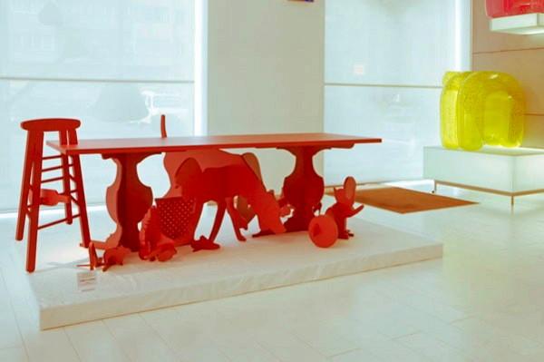 Bureau sous le tableau et les silhouettes sous la table. Projet de Gonçalo Campos