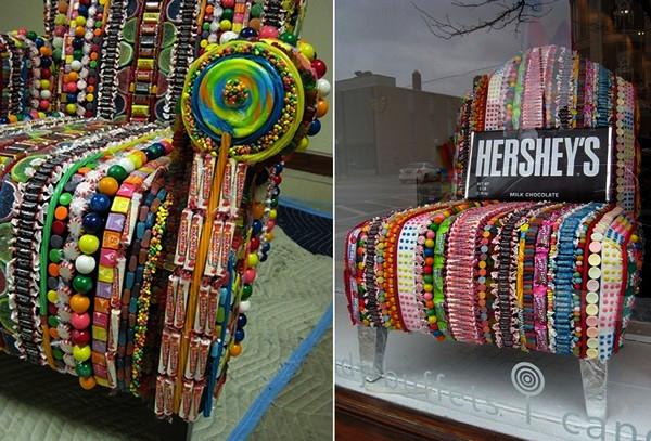 Кресло из десятков разновидностей конфет-леденцов