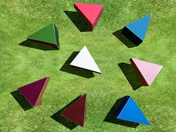 Треугольные модули в виде *кусочков* торта. Оригинальный стол Cake Table от студии Mizmiz design