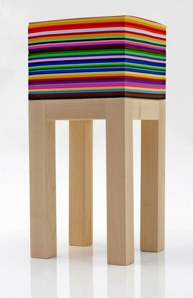 Детский стол, напоминающий разноцветный блок листочков для записи