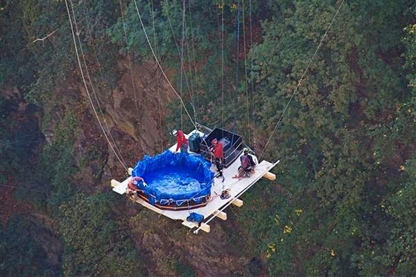 Ванна джакузи для экстремалов, свисающая с моста Геро (Gueuroz)