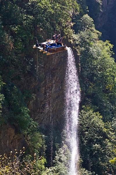 Принять ванну на высоте 160 метров над пропастью. Джакузи, свисающая с моста Геро (Gueuroz)