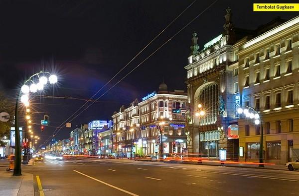 Фонари Lily street light в виде ландышей, вид на ночную улицу