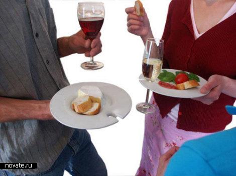 Фуршетные тарелки с выемкой под рюмки и бокалы