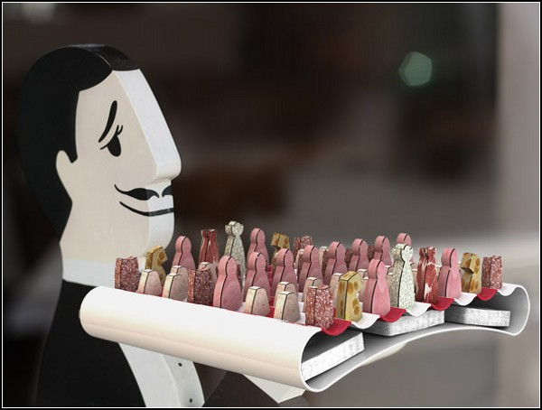 Шахматная *армия* из колбасы, сыра и фруктов