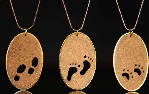 Sand Necklaces, украшения из песка с отпечатками ног и лапок