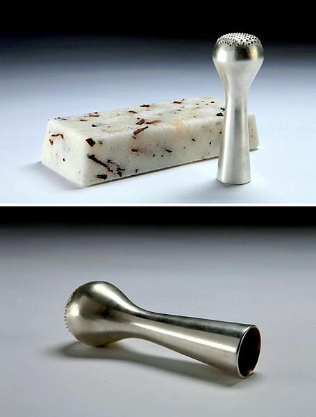 Серебряный пестик и ступка в виде бруска из сахара и специй. Самый удивительный вариант из коллекции Ширы Керет (Shira Keret)