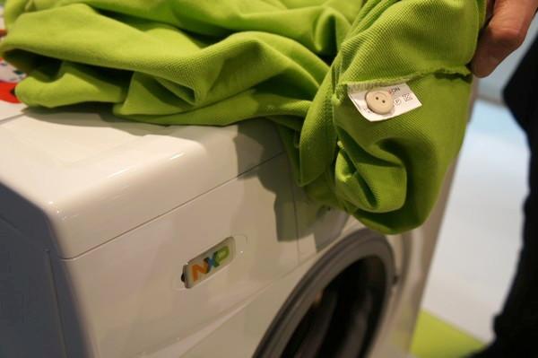Одежда с пуговицами, помеченных RFID-метками
