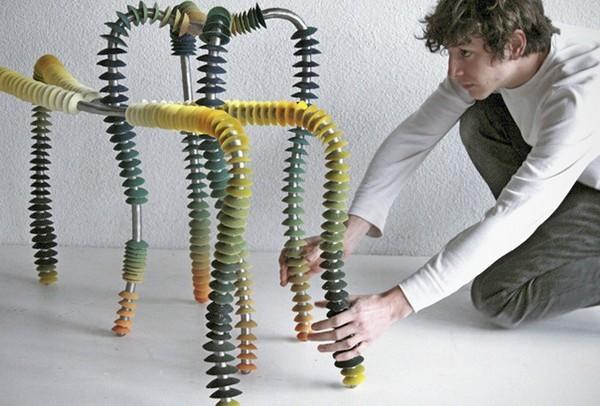 Дизайн стульев One by One можно менять, нанизывая колечки в произвольном порядке