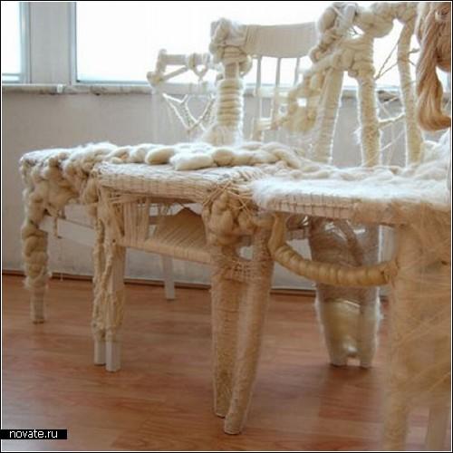 Концептуальный диван Stream of light, связанный из стульев.