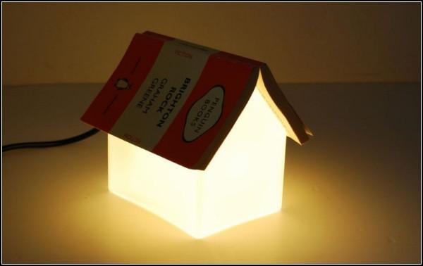 Матовое стекло лампы-домика добавляет уюта интерьеру
