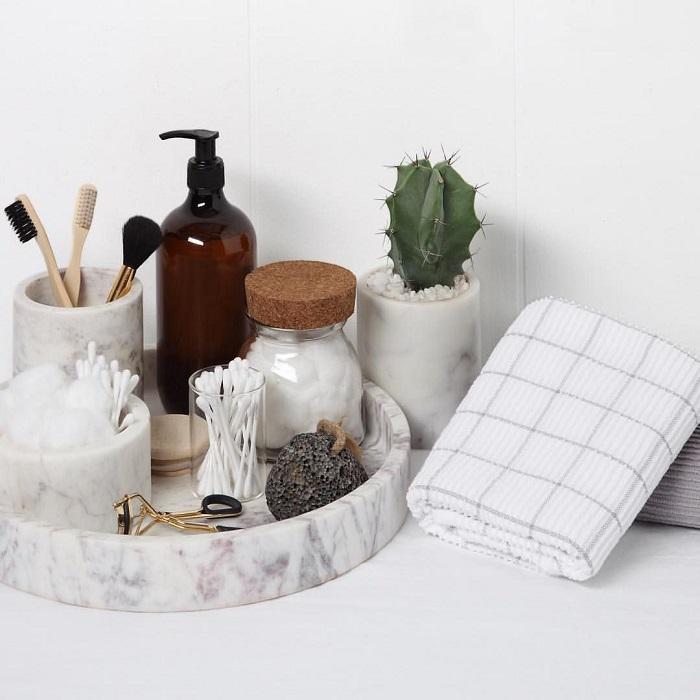 Перенесите на поднос все мелочи, которые обычно стоят на раковине. / Фото: Pinterest.ru