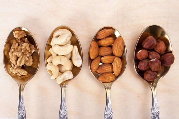 Орехи нельзя есть на ночь из-за высокой калорийности. / Фото: 1000listnik.ru