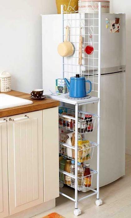 В коробках на холодильнике можно хранить дополнительные полотенца и столовые приборы. / Фото: 1001idej.ru