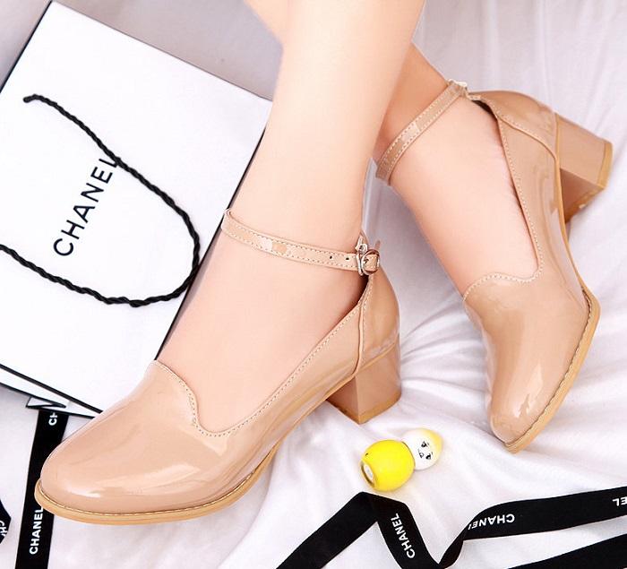 Бежевая обувь не такая маркая, как белая. / Фото: 101oblik.ru