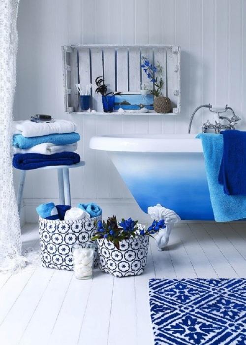 В интерьере ванной бутылочки и баночки подобраны в тон. / Фото: v-vannoy.com