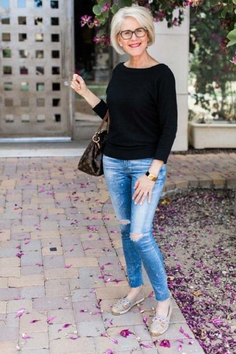 Рваные джинсы не подходят женщинам за 50. / Фото: Pinterest.com