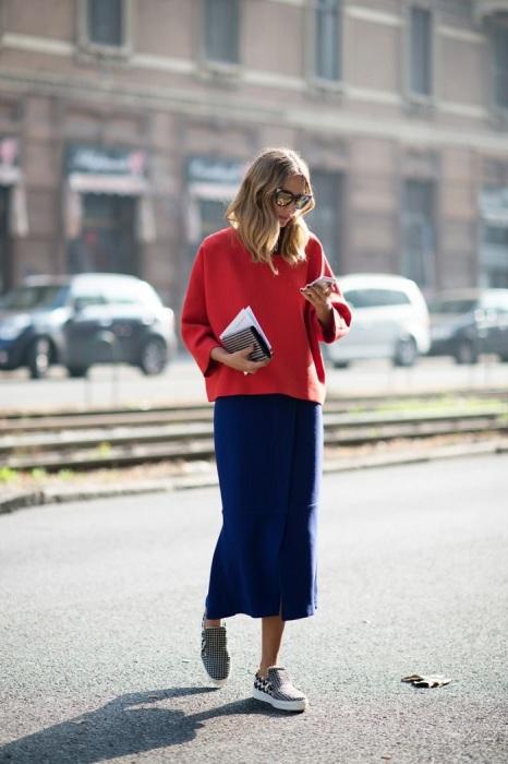 Красный свитер и кеды помогут создать свободный и непринужденный look. / Фото: zen.yandex.ru
