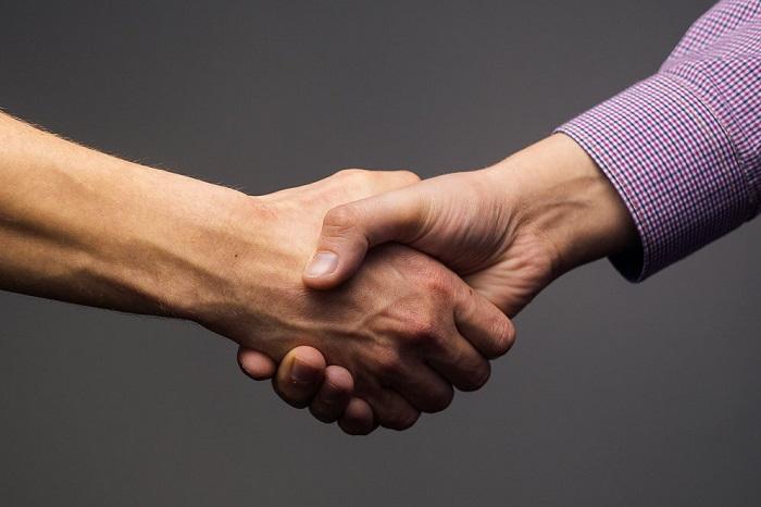 В России мужские рукопожатия - традиция, а заграницей - исключение из правил. / Фото: shkolazhizni.ru