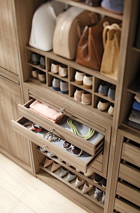 Хранить обувь удобнее на нижних полках шкафа. / Фото: made-box.ru