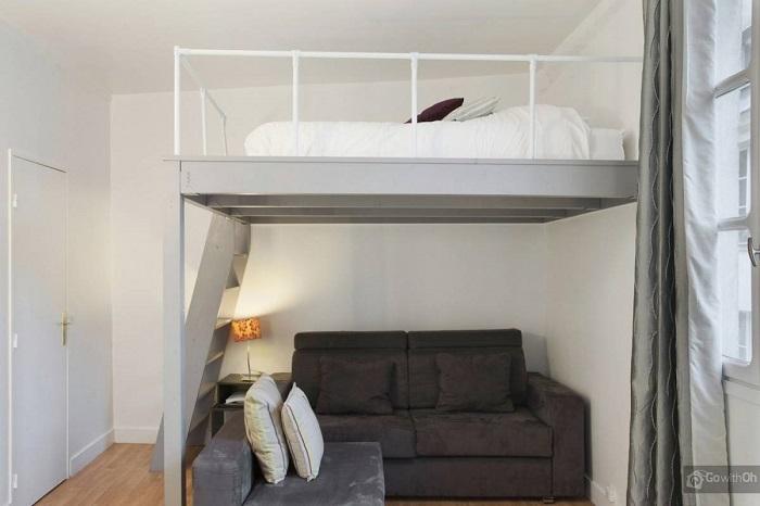 На втором этаже может располагаться кровать, а на первом - диван. / Фото: dizainexpert.ru