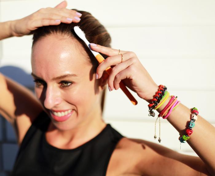 Чтобы волосы не пушились, расчешите их зубной щеткой с нанесенным на нее лаком. / Фото: timeshola.ru