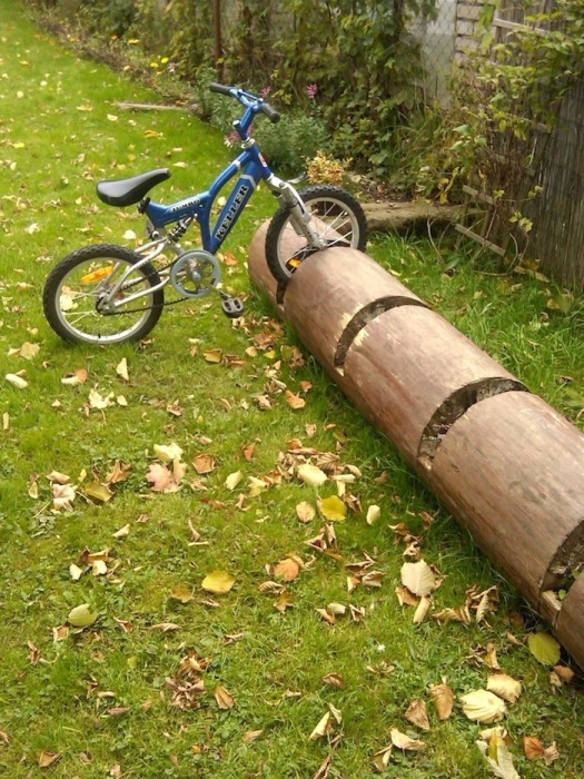 Дерево, поваленное во время грозы, можно использовать как стоянку для велосипеда. / Фото: dom-and-sad.ru