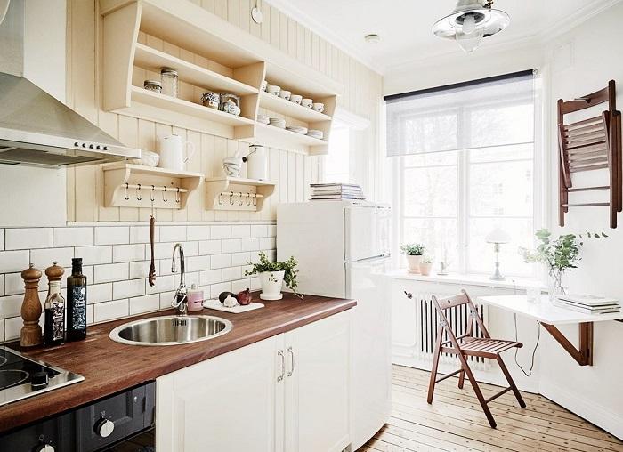 Открытые полки не загромождают пространство в отличие от шкафов. / Фото: Scandinavianhome.ru