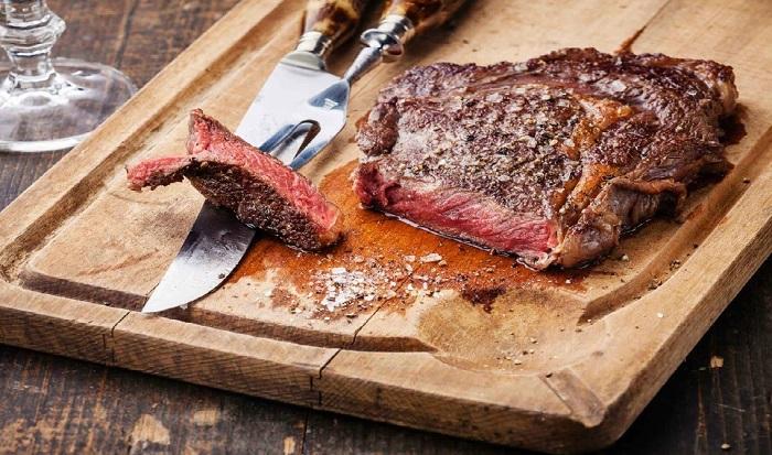 Если сразу разрезать мясо, весь сок вытечет. / Фото: steakandgrill.ru