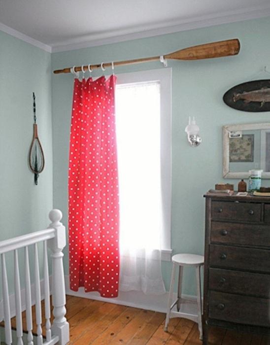Весло станет оригинальным карнизом для штор. / Фото: Tr.pinterest.com
