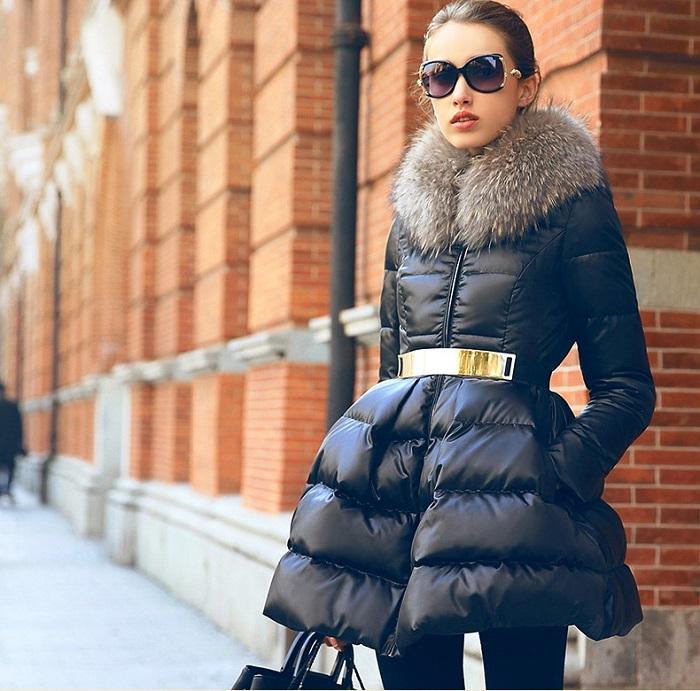 Пуховик-платье не уберегает от холодного ветра. / Фото: moddam.ru