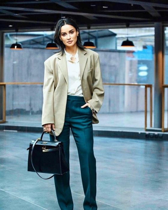 Тина Канделаки в пиджаке  широкими плечами. / Фото: elle.ru