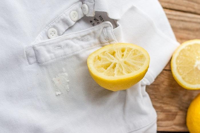 Сок из лимона нужно выдавить на пятно. / Фото: build-experts.ru
